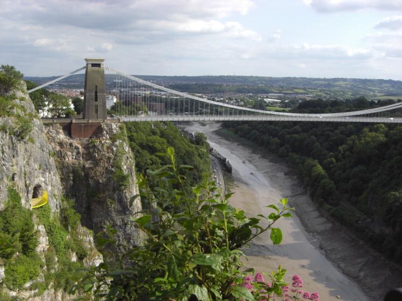 Die Clifton Suspension Bridge, eine Hänge- oder Kettenbrücke, ist das Wahrzeichen der Stadt Bristol. Sie wurde über der Schlucht des Flusses Avon errichtet und  1864 eingeweiht.